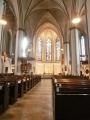 Hlavní loď s oltářem v kostele svatého Petra
