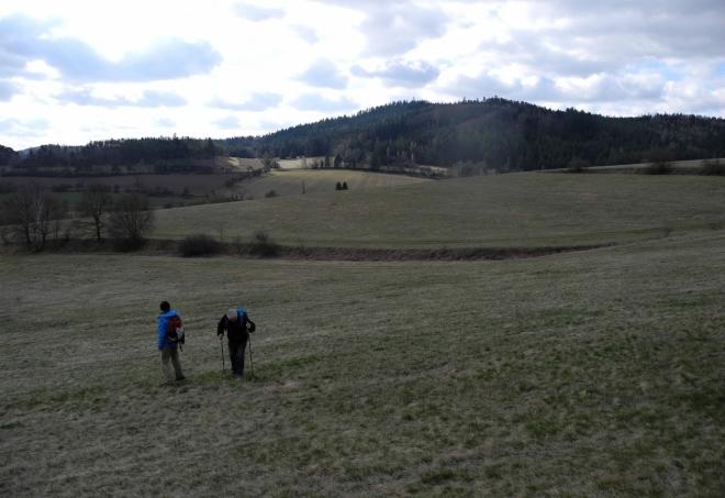 Od Kbílu se nejprve vzdalujeme, abychom vrchol dobyli z opačné strany lesního masívu.