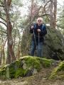 Václav na vrcholku Kamenné Báby. Stojí před Alžbětino kamenem?