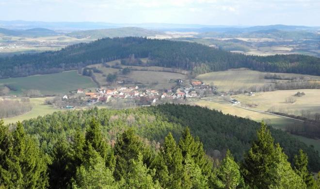 Libětice s vrchem Hradiště.