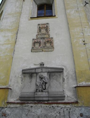 U kostela Narození Panny Marie v Andělské Hoře.