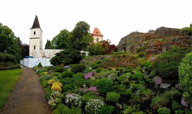 Malá botanická zahradu pohled k hradu zpříjemní...