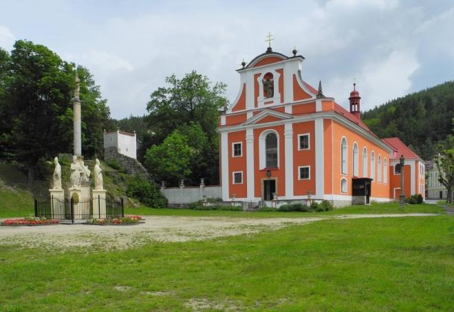 Kostel sv. Martina je připomínán r. 1354, v průběhu staletí upravován. Do dnešní podoby byl kostel přestavěn v polovině 18. stol., kdy byl více než o polovinu zvětšen. Z této doby pochází také převážná část vnitřního rokokového zařízení kostela. Jednolodní obdélná stavba s půlkruhově uzavřeným presbytářem, při jehož jižní straně je připojena obdélná patrová sakristie. (www.mapy.cz)