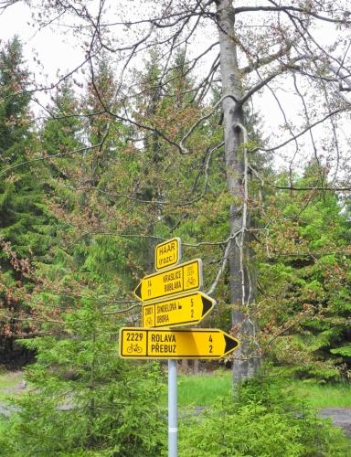 Na rozcestí Haar se rozhodnu trasu mírně zkrátit a jedu rovnou do Horní Blatné přes Rolavu.