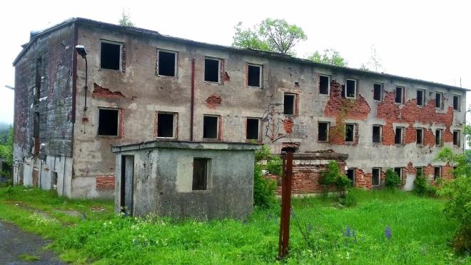 Ruiny armádních kasáren v blízkosti Ryžovny.