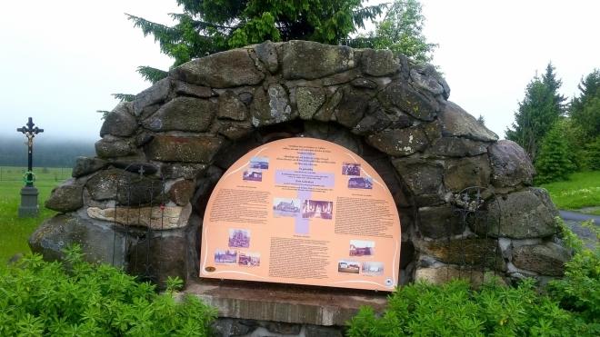Kamenný pomníček (mohyla) zbořeného kostela sv. Václava.