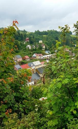 Jáchymov leží v údolí sevřeném horami.