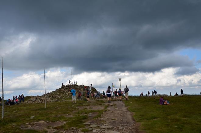 Černý mrak nad vrcholem hory dlouho nevydržel.