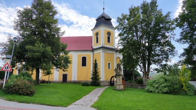 Barokní kostel sv. Máří Magdaleny v Deštné, postavený podle projektu J. B. Santiniho v r. 1844, kdy došlo k úpravě kostelních věží. Uprostřed travnatého prostranství před kostelem se nalézá historicky cenné sousoší Svaté Rodiny se sv. Jáchymem a Annou.