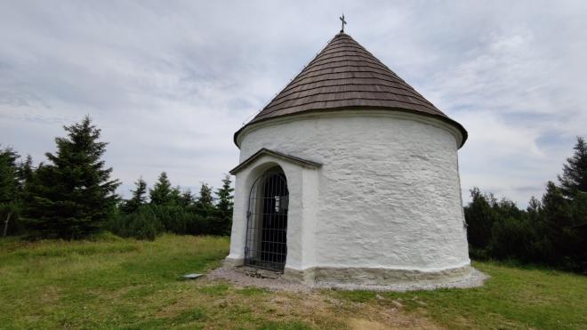 Kunštátská kaple na hřebenu.