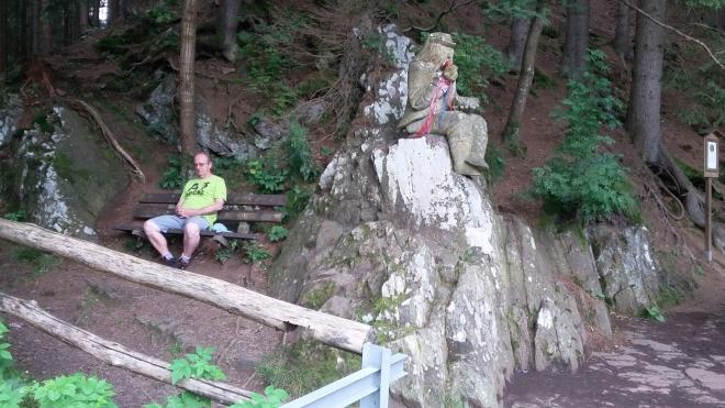 Vodník Kristiánek a Franta odpočívají u hráze Ivanského jezera.