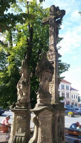 Sousoší sv.Floriána,sv.Jana Nepomuckého s křížem na Starém náměstí.