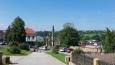 Mariánský sloup v Betenglově ulici poblíž zámku .