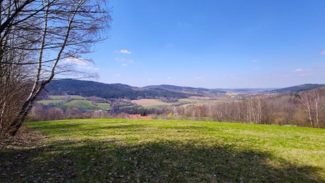Výhled na Mičovice a Klenovice od vrcholu Vrata.