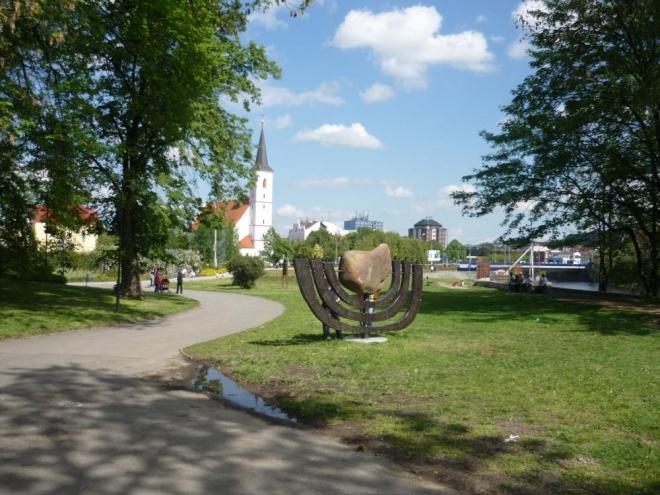 Pohled na památník a kostel sv. Markéty