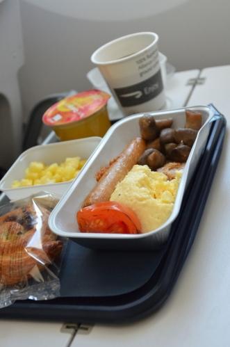 Poctivá anglická snídaně, rozdávaná trojicí letušáků