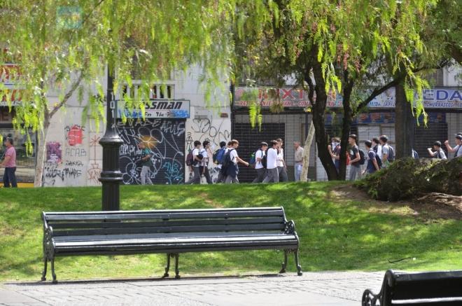 Po ulicích se houfují študáci v bílých tričkách, k nim se ještě dostaneme