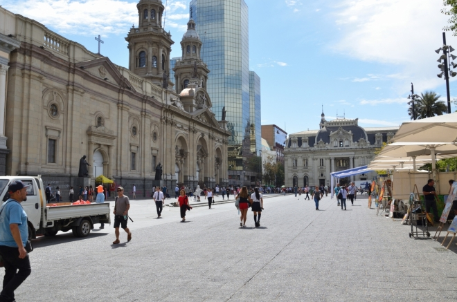 Náměstí vzniklo už v 16. století a starých budov tu nebude málo. Zde například metropolitní katedrála z roku 1799.