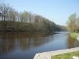 Klidná řeka před spadnutím do jezu