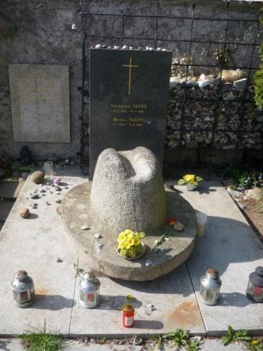 Na zdejším hřbitově má i hrob legendární zpěvák Michal Tučný