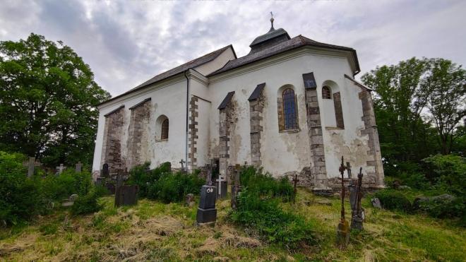 Kostek sv. Vaclava stojí na vršku již od roku 1345. Tato monumentální stavba jako by předešla svoji dobu...