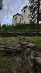 Projdeme si i opravené kamenné terasy pod kostelem.