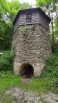 Kamenná věž bývalé vápenky.