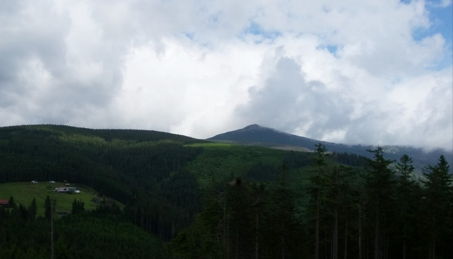 Vlevo Jelení hora, pod ní Šímovy Chalupy.
