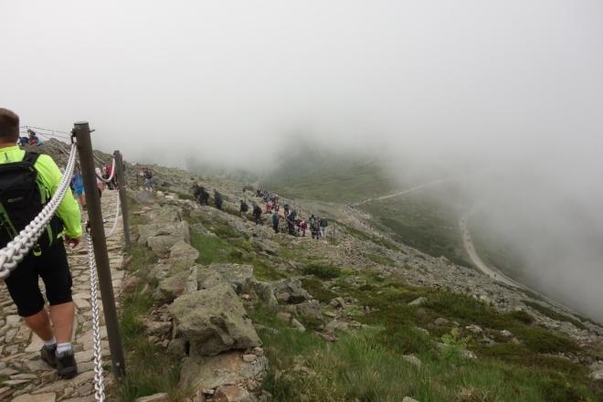 Ohlédnutí nazpět při výstupu na Sněžku ukazuje lidskou šňůru, která se v létě denně na vrchol valí.