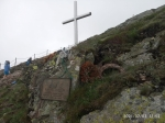 Jirka si vyfotil křížek a památnou desku s jmény mrtvých horských zachranářů.