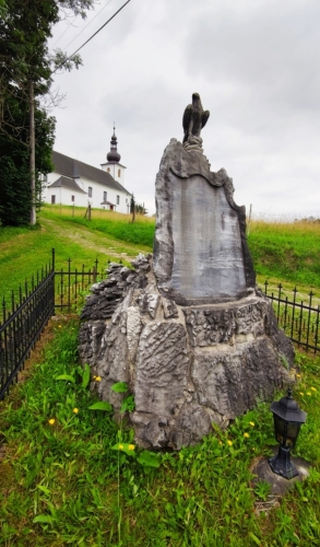Stoupám do Přemyslovského sedla a míjím kostelík sv. Isidora v Nových Losinách.