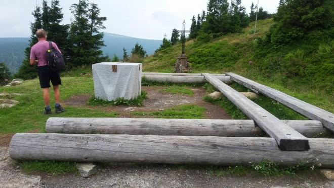 Oltářní kámen a mohyla s křížem nad Vřesovou studánkou...