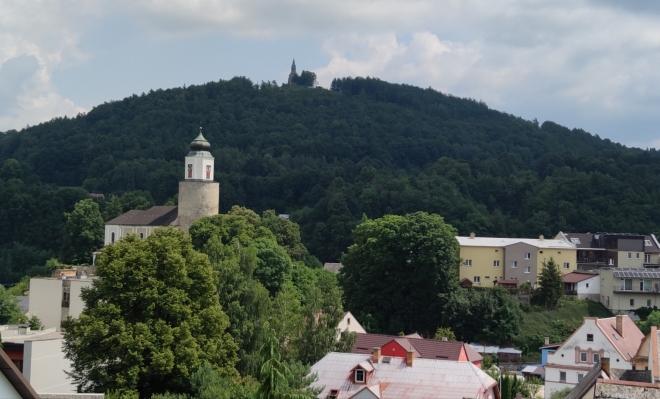 Boží hora s kostelní věž v Žulové.
