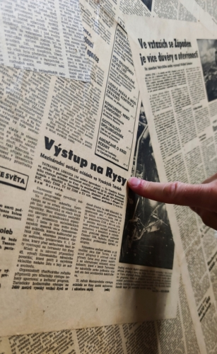 Venca stále shání nějaké noviny a přitom má jedny zajímavé nalepený na dveřích hospody.