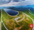 Fotografie z informační publikace ukazuje jak fotogenická je přečerpávací vodní přehrada Dlouhé stráně z výšky.