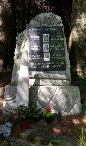Památník letecké havárie z 18. 9.1967 na úbočí Šindelné hory. 6)na vrcholu Šindelné hory.
