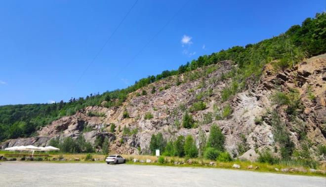 Lom pod vrcholem Pustelnika je využit pro adrenalinové atrakce.