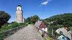 Okrouhlá věž středověkého hradu Frýdberg byla vkusně v roce 1810 zakomponována do stavby klavisistního kostela.