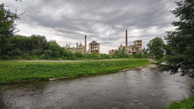 Opuštěná továrna za Vidnávkou dokresluje dokonale místo s ohromujícím geniem loci.