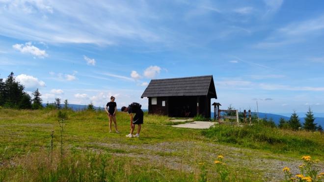 Chata na Můstku shořela, dnes u vrcholu stojí pouze turistický přístřešek.