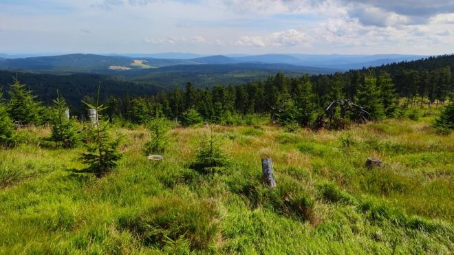 Paseka na hřebenu odhalila i pohled k Javorné, Hadímu vrchu a Křemelné, kam brzy dorazíme.