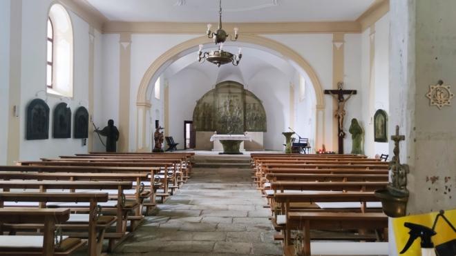 Vhled do kostela ukazuje skleněný oltář. Škoda, že není nastálo osvětlený.