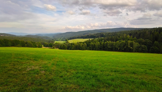 U Radkovské vyhlídky. Pohled k Hartmanicím do údolí Volšovky.