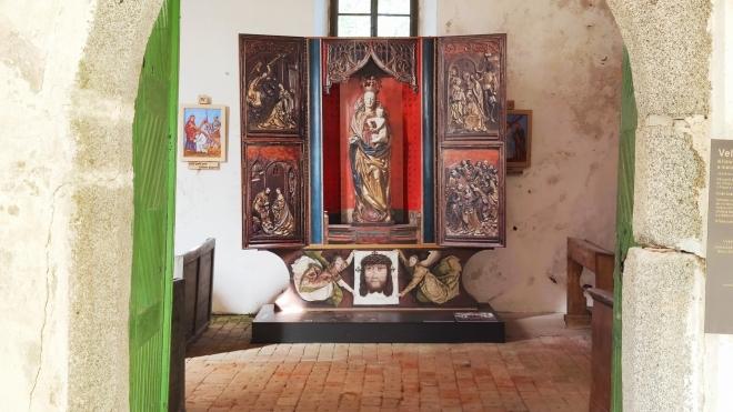 Oltàř je fotkou na dřevěné desce. Otiginál uchovávají v Praze.