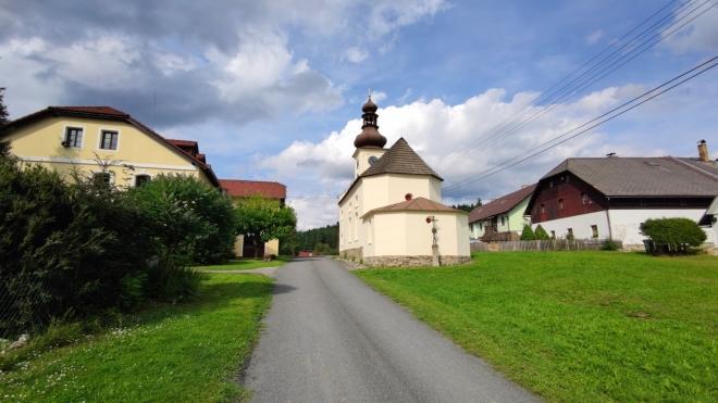Červená - kaple Panny Marie Pomocné.