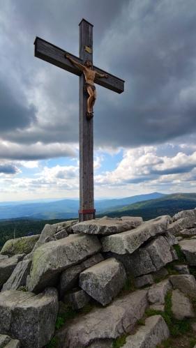 U kříže stojím již možná po desáté. Kolem se to opět hemží Čechy. Dva sem dokonce vynesli své biky.