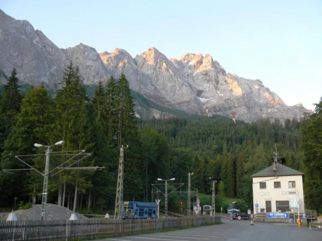 ...a nad hlavami jsme měli pěkně osvícený masiv Zugspitze.
