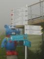 Modrý méďa ukazuje, že máme jít nahoru, do mlhy...