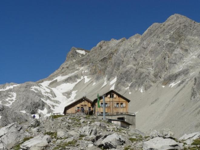 Krásná horská chata při cestě na Schesaplanu