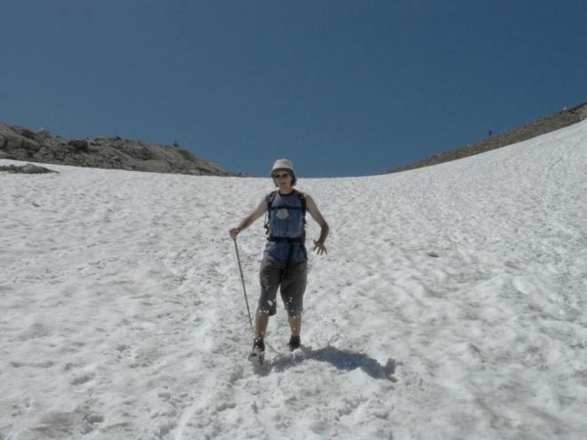 Sbíhání sněhového pole nám velmi urychlilo jinak nepříliš zajímavý sestup.